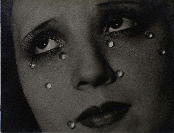 /data/MediaLibrary/articles/9594/man-ray-glass-tears-majetok-eltona-johna-zdroj-tate-modern.jpg